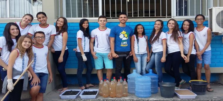 Wemerson da Silva Nogueira ao lado dos alunos da EEEFM Antônio dos Santos Neves