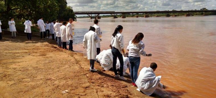Alunos coletam amostras para analisar a água do Rio Doce