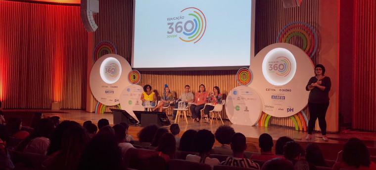 Jovens no palco durante participação no evento Educação 360, no Rio de Janeiro (RJ)