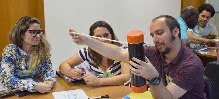 Professores mexem em material reciclado durante curso do Perimeter Institute