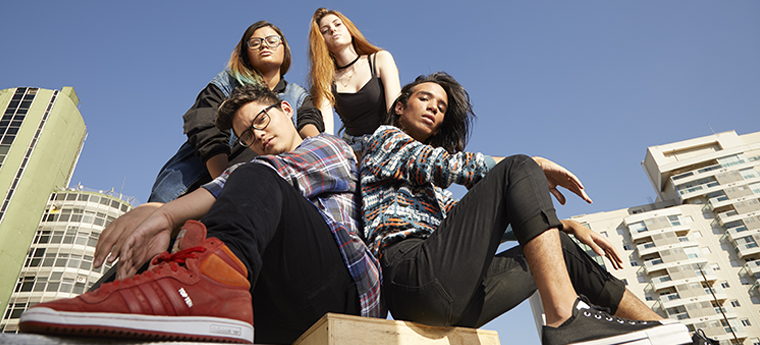 4 estudantes posam para foto, tirada de baixo para cima