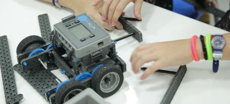Crianças montam robô durante aula de robótica da Engineering for Kids