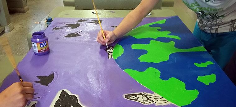Alunos pintam globo terrestre na Escola da Unidade de Internação de Santa Maria