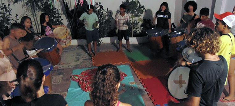Jovens tocam percussão no projeto do Centro de Defesa da Criança e do Adolescente do Ceará
