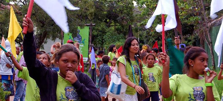 Alunos durante desfile realizado pela Casa de Cultura Cavaleiro de Jorge