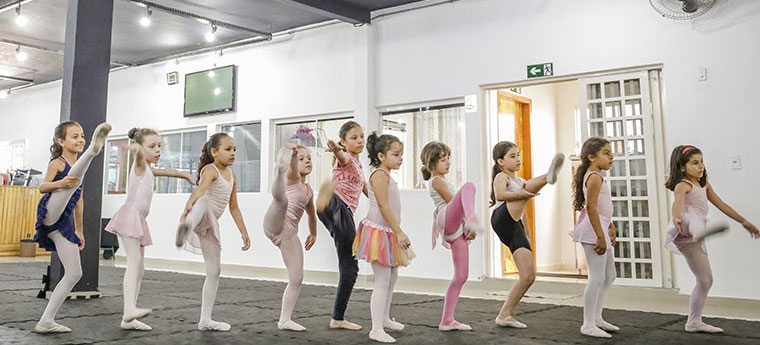 Crianças da Associação Refúgio durante aula de ballet