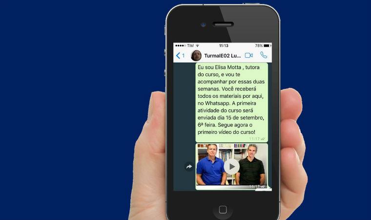 Celular mostra conversa entre estudante e mentor