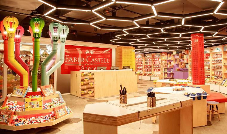 Espaço Faber Castell com lápis e materiais para atividades criativas