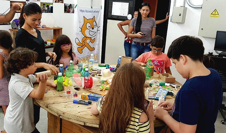Crianças montam blocos durante atividade da Zoom