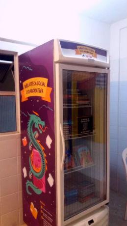 Geladeira com livros do projeto Projeto Biblioteca Social Colaborativa