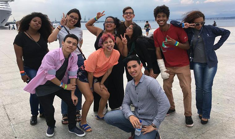 Conselho Jovem do Porvir posa em frente ao Museu do Amanhã, na Praça Mauá, RJ