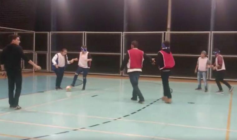 Com olhos vendados, alunos disputam partida de futebol para cegos
