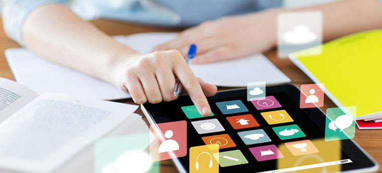 Na imagem vemos uma mão usando um tablet