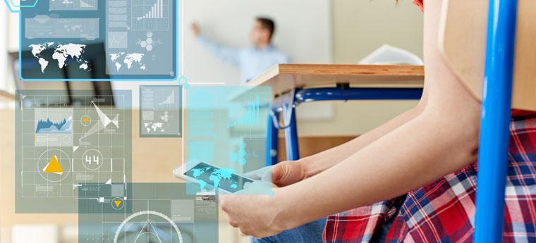 Criança mexe em smartphone durante aula