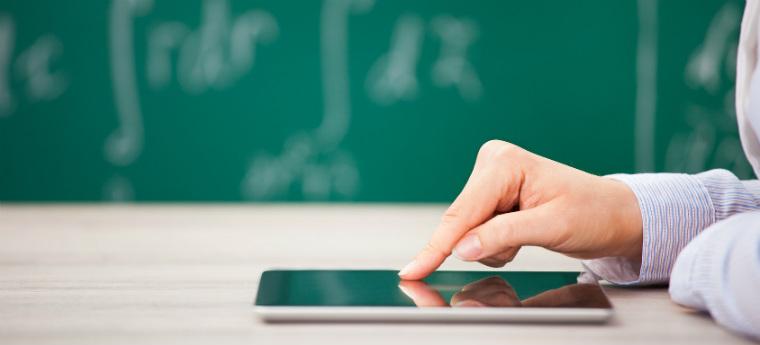 Na imagem vemos um tablet sobre a mesa