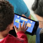 Crianças brincam com Inventeca, novo aplicativo de criação de histórias da Storymax