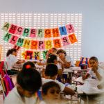 Alunos fazem atividade em sala de aula do Centro de Educação Integrada de Maracajaú. No fundo da sala, letras coloridas do alfabeto enfeitam a parede