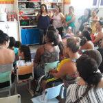 Famílias e crianças durante exibição do filme produzido pelas crianças no Dia da Família na Escola