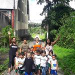Crianças e quatro educadores posam para foto nos arredores da Ponte do Balde