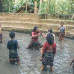 Alunos da Green School brincam na lama