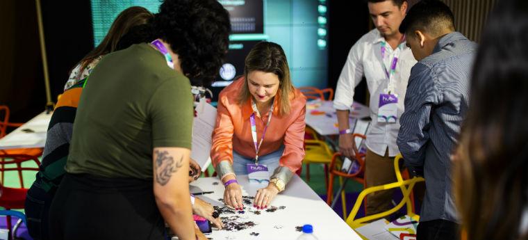 Participantes do evento tentam montar quebra-cabeça