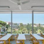 Sala de aula da École Communale tem paredes de vidro que permitem a entrada da luz