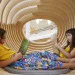 Meninas leem livro na escola WeGrow, em Nova York