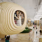 Crianças brincam na escola WeGrow, em Nova York (EUA). Duas delas estão em uma estrutura de madeira que lembra um casulo