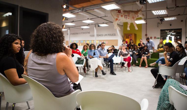 O encontro Empreendedorismo Social na Educação realizado no Lab Oi Futuro, no Rio de Janeiro. Espaço tem uma escultura de vaca no teto
