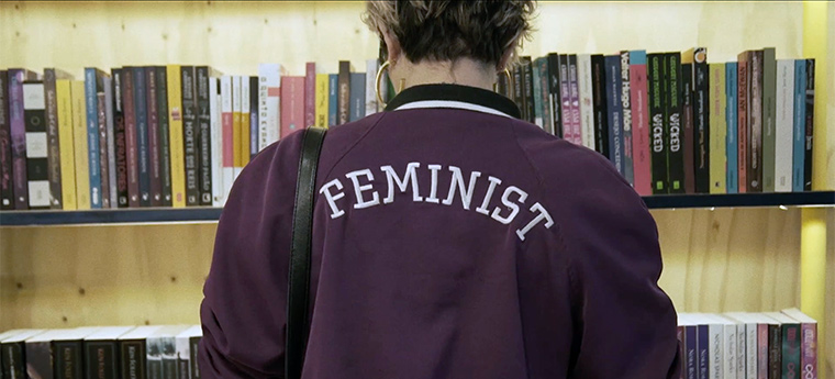 Jovem com um blusão bordado Feminist