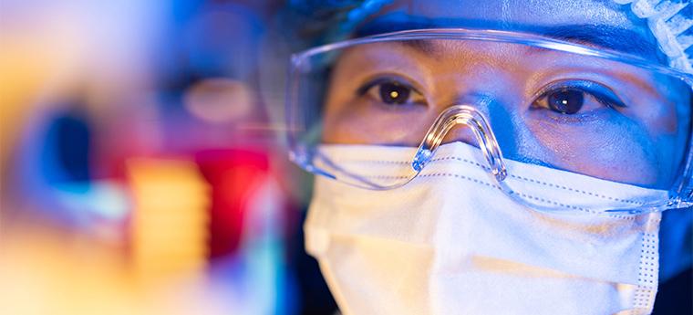 Cientista trabalhando em vacinas contra o vírus