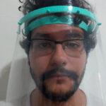 Kadu Braga demonstra como é a máscara de proteção facial produzida pelo grupo Makers Contra COVID-19