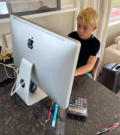 Criança mexendo em um computador iMAC na Nova Zelândia