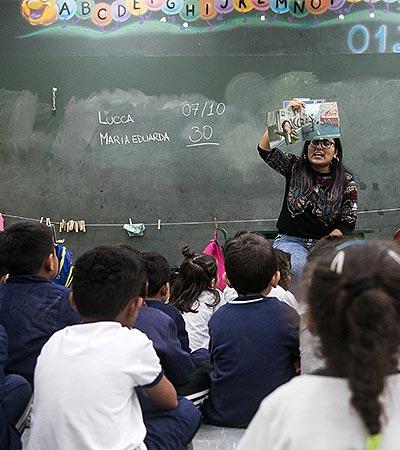 Professora conta história a crianças