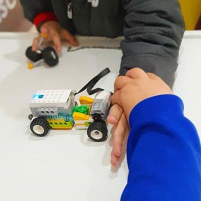 Criança bloqueia carrinho feito com peças de LEGO