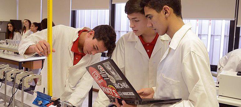 Estudantes em um laboratório analisam equipamento
