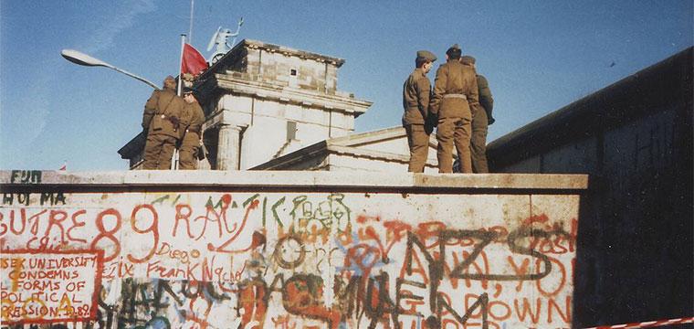 Soldados sobre o Muro de Berlim, perto do Portão de Brandeburgo em 16 de novembro de 1989