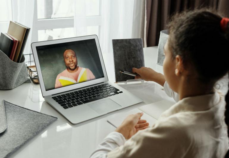 Ilustração do post Estratégias para motivar seus alunos a ligar a câmera durante as aulas remotas