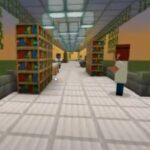 Reprodução de tela do jogo Minecraft mostra o corredor uma escola com estantes de livros e uma lousa