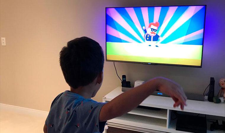 Criança joga videogame