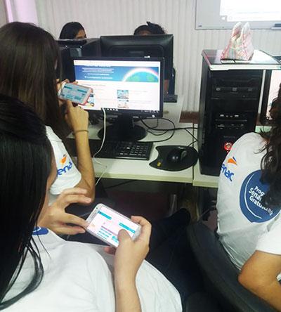 Em um laboratório de informática, alunas mexem e aplicativo de programação