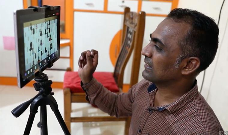 O professor Ranjitsinh Disale durante videoaulas com seus alunos durante a quarentena