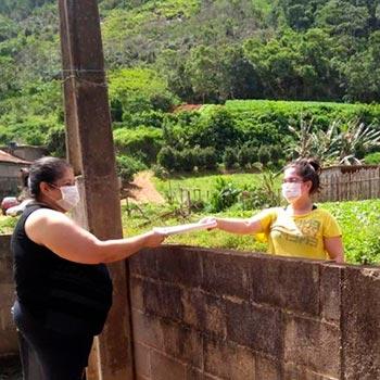 Funcionária da Escola Municipal José Alves Ferreira entrega atividades na área rural de Teresópolis (RJ)