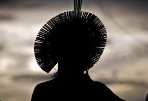 Silhueta de um indígena escura por conta do contra-luz