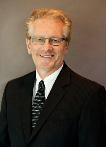 o psicólogo americano e pesquisador na área de inteligência Kevin McGrew