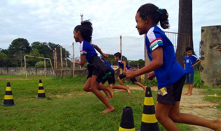 Meninas participam de atividades de corrida