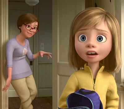 Riley, protagonista do filme Divertida Mente. Ela usa roupa colorida e tem mochila nas mãos
